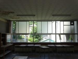 窓の外は校舎裏