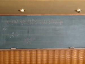 黒板に校歌を書いた