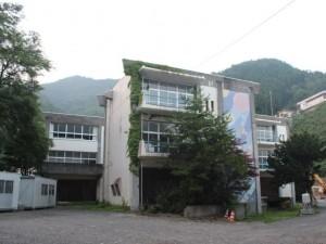 解体の始まった第二校舎(手前3階がクラスルーム,左奧が実習棟)