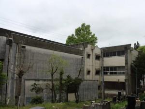 校舎裏(体育館裏と実習棟(右):2階が美術室で3階が音楽室)